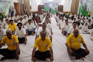 Deputy CM Dr Nirmal Singh performs yoga at an event to celebrate International Yoga Day in srinagar00 (1)