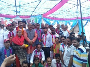 Ravinder, supporters join BJP (1)