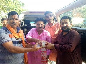 Vaid offers juice to participants -i
