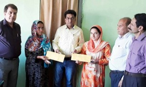 VC hands over subsidy cheques at Srinagar