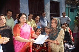 Priya Sethi extends help to needy Nephrology patient (1)