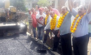 BJP starts blacktopping of Lakkar Mandi road
