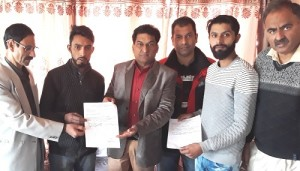 Balbir hands over subsidy letters to BCs in Srinagar (2)
